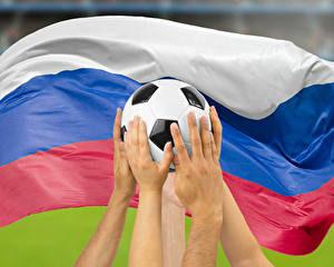 Флаг России и футбольный мяч
